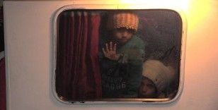 İzmir'de denize açılmak üzere olan arızalı teknedeki 109 sığınmacı kurtarıldı