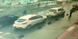 Yolun karşısına geçmeye çalışan çocuğa otomobil çarptı