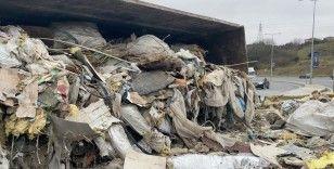 Kağıthane'de hafriyat yüklü kamyon devrildi, molozlar yola saçıldı