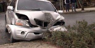 Arnavutköy'de kontrolden çıkan cip refüjdeki ağaca çarptı