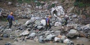 Giresun'da debisi yükselen derede suya kapılan iki işçiden biri öldü