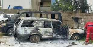 Park halindeki otomobil ile ticari araç yandı
