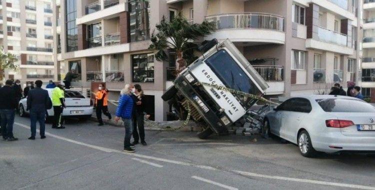 Aliağa'da freni patlayan kamyon iki aracı biçti, istinat duvarını yıktı