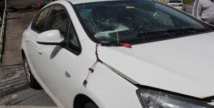 Ümraniye'de iki otomobil kafa kafaya çarpıştı, sürücü araçta sıkıştı