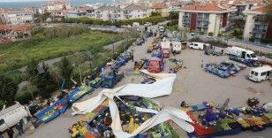Kültür merkezinin çatısı pazar yerinin üzerine uçtu: 2 yaralı