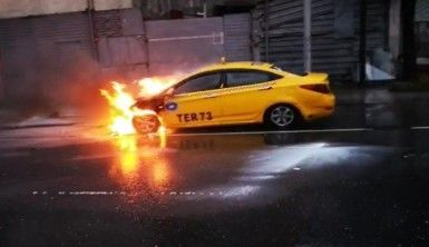 Sultangazi'de seyir halindeki ticari taksi alev alev yandı