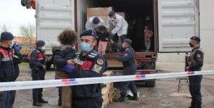 İzmir'de konteyner içinde yakalanan 91 düzensiz göçmen karakola götürüldü