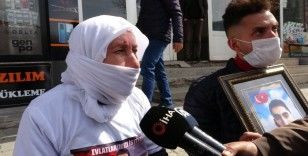 Muş'ta gözü yaşlı aileler HDP önünde oturma eylemi başlattı