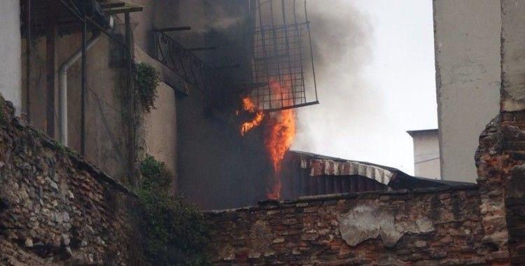 Beyoğlu'nda yangın: Patlama anı kamerada
