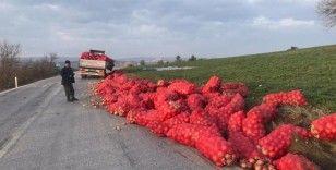 Kamyonun kasası kırılınca soğan çuvalları yola saçıldı