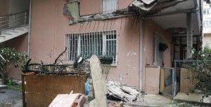 Üsküdar'da 5 katlı binada evin balkonu çöktü