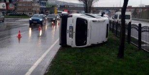 Samsun'da hafif ticari araç refüje devrildi: 1 yaralı
