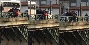 Köprüden atlamak isteyen şahsı polis ekipleri kurtardı