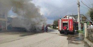Markete mal sevkiyatı yapan kamyon yanarak küle döndü