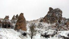 Kapadokya'da Nisan ayında peribacaları beyaza büründü