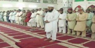Pakistan'da ilk teravih kılındı