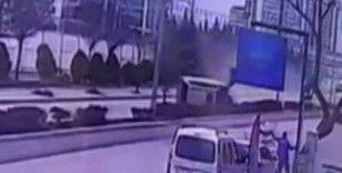 Başkentte 4 kişinin yaralandığı trafik kazası güvenlik kamerasına yansıdı