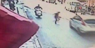 Esenler'de yola fırlayan çocuğu otomobilin çarptığı anlar kamerada