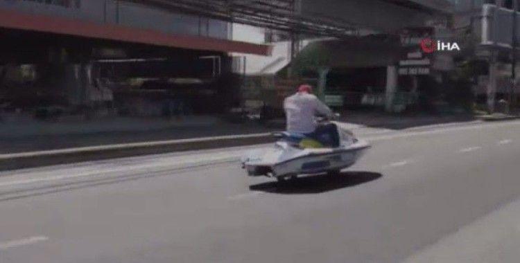 Jet skiye teker taktı otobana çıktı