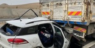 Otomobil kamyona arkadan çarptı