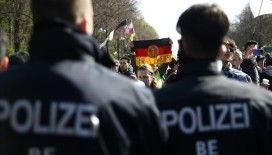 Berlin'de Alman hükümetinin Kovid-19 salgında izlediği politikanın protesto edildiği gösteriye polis müdahalesi