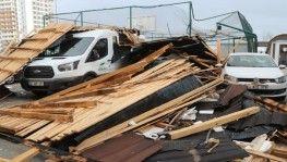 Fırtınanın uçurduğu çatı, çocukların oynadığı alana düştü faciadan dönüldü