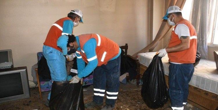 Kuşadası'ndaki çöp evden 6 kamyon atık çıkarıldı