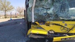 İETT otobüsü emniyet şeridindeki servis minibüsüne çarptı