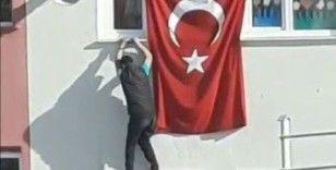 Katlanan bayrağı düzeltirken kendilerini tehlikeye attılar