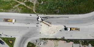 Sultangazi'de hızını alamayan hafriyat kamyonu devrildi