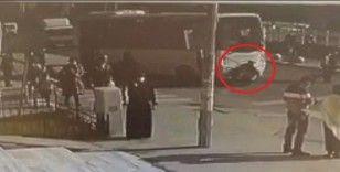 Karşıya geçerken minibüsün altında kaldığı anlar kamerada