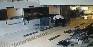 Taksim'de banka şubesine giren bıçaklı saldırganın etkisiz hale getirdiği anlar kamerada