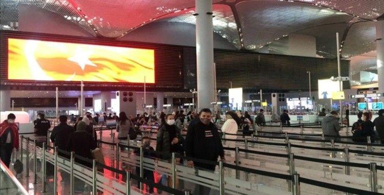 İstanbul'da Havalimanı ve otogarlarda 'tam kapanma' öncesi yoğunluk hakim