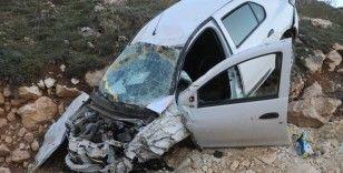 Kazada şarampole uçan otomobil hurdaya döndü: 3 yaralı