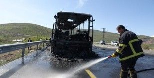 Bingöl'de 46 yolcusu bulunan otobüs alev alev yandı