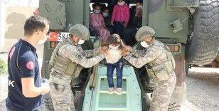 Mehmetçik Türkiye'ye getirdiği Suriyeli çocukların yüzünü güldürdü