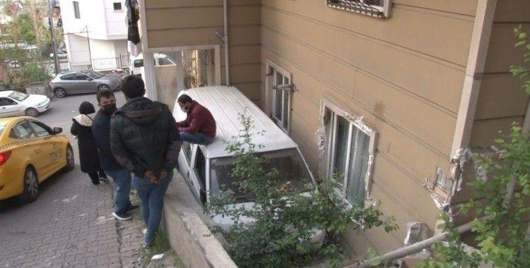 Maltepe'de freni tutmayan minibüs apartman bahçesine uçtu