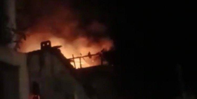 2 katlı binanın çatısı alev alev yandı