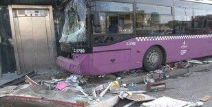 Kadıköy'de otobüs büfeye çarparak durabildi: Kazada 1 kişi yaralandı