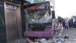 Kadıköy'de feci kaza, Direksiyon hakimiyetini kaybeden otobüs sürücüsü büfeye daldı