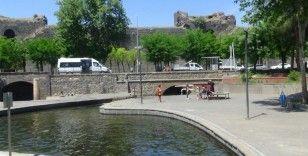 Çocuklar kısıtlama dinlemedi, süs havuzlarını doldurdu