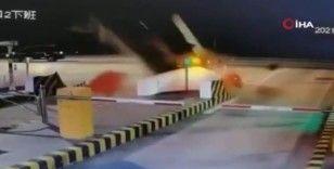 Çin'de gişelere çarpan araç havada takla attı