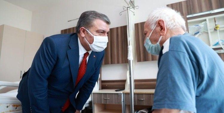 Bakan Koca Edirne'de tedavi gören hastaları ziyaret etti