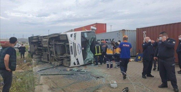 Bursa'da işçileri taşıyan servis aracı devrildi: 1 kişi öldü, 20 kişi yaralandı