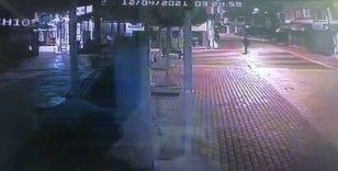 Mağazanın camını taşla kıran hırsız, birisi görünce böyle kaçtı