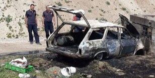 Kaza yapan otomobil yanarak küle döndü