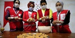 Elazığ'da iftarı yolda karşılayanlara Kızılay'dan köfte ekmek ve ayran ikramı
