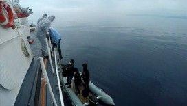 İzmir açıklarında Türk kara sularına itilen 8 düzensiz göçmen kurtarıldı