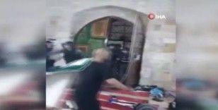 İsrail güçlerinin Mescid-i Aksa'ya saldırı anı kamerada