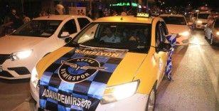 Adana Demirsporlu taraftalar şampiyonluğu araçlarıyla konvoy yaparak kutluyor